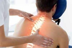 imagen de quiropractico y columna vertebral